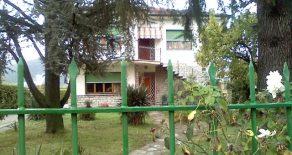 Villa con 2 appartamenti e grande terreno a Verciano