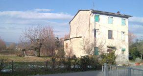Rustico con capanna di 80 mq e terreno di 1,5 ettari a 4 km da Lucca