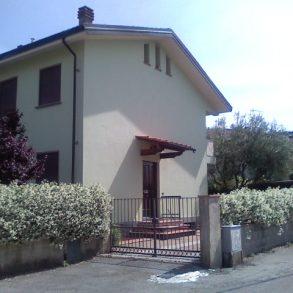 Villa finale di schiera con ampia taverna e giardino a S.Angelo