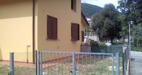 Villetta d'angolo con giardino