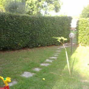 Villa d'angolo con bel giardino e garage a S.Alessio