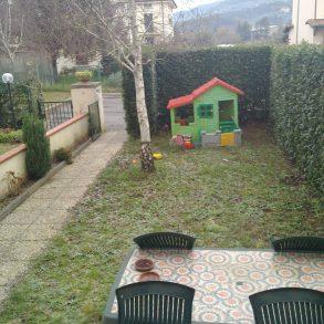 Villa a schiera con garage e giardino fronte retro