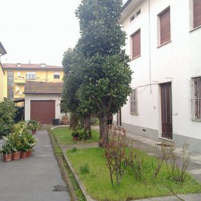 Villa singola con ampio giardino e garage