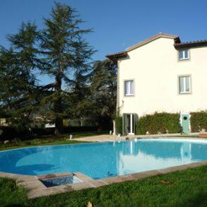 Ampia villa storica con 8 ettari di terreno e piscina