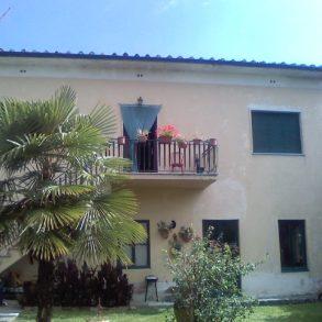 Casa di corte con giardino privato, ampia soffitta e garage