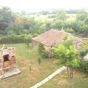 Zona collinare con ampio giardino e capanna
