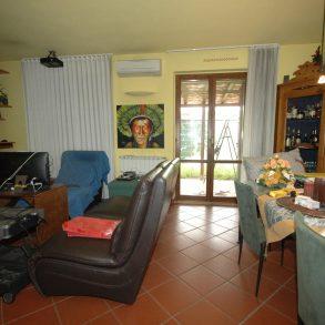 Grande villa centrale di schiera con giardino e garage