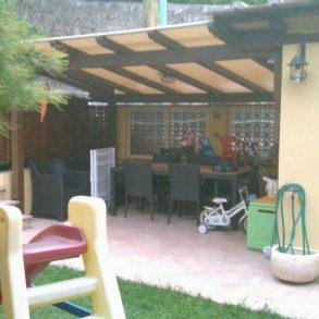 Terratetto d'angolo con giardino privato recintato e pergolato