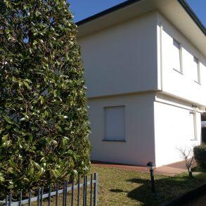Villa bifamiliare con taverna e giardino