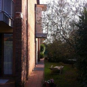 Villa a schiera angolare con giardino su tre lati