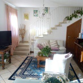 Appartamento con mansarda, grande terrazza e giardino