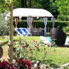 Porzione di rustico con ampio giardino e piscina