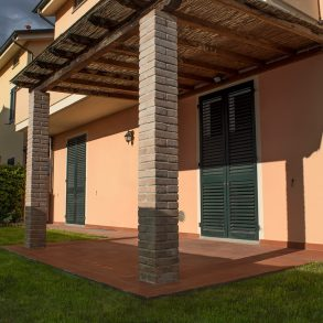 Villa con garage, taverna e giardino