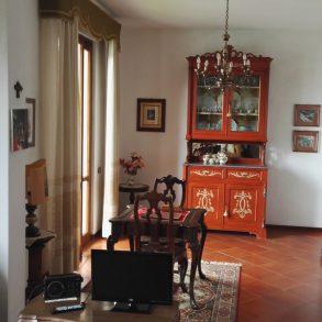 Primo piano di villa bifamiliare con giardino