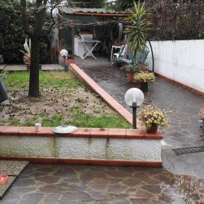 Appartamento in stabile bifamiliare con giardino