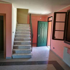 Grande villa bifamiliare con garage e giardino privato