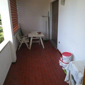 Primo piano di villa bifamiliare con terrazza