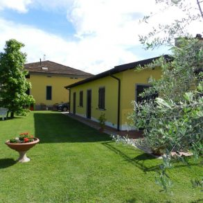 Villa liberty con giardino sui 4 lati a Lammari
