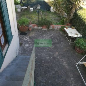 Porzione di villa liberty con ampio giardino