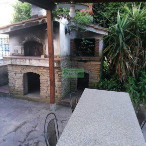 Villa singola in stile rustico con giardino sui lati