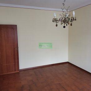 Appartamento con 2 camere e balcone in bifamiliare