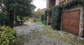 Casa padronale con ampio giardino e capanne